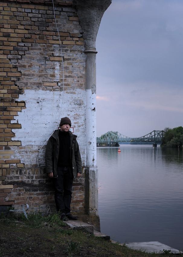 <p>Selbstportrait Olaf Ballnus, making off, Blick auf den Tiefen See, bei Potsdam, im Hintergrund Glinicker Brücke.</p>