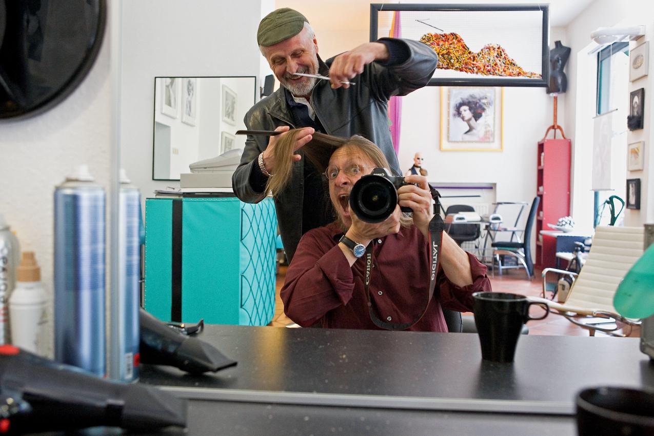 D, DEU, Muenchen, 07.05.2010: Im Geschäft des Friseurs Ciro Boschetto: der Fotograf Klaus Wagner ist entsetzt, weil der Friseur Ciro Boschetto droht, ihm eine Haarsträhne abzuschneiden; München, Gabelsbergerstr. 36