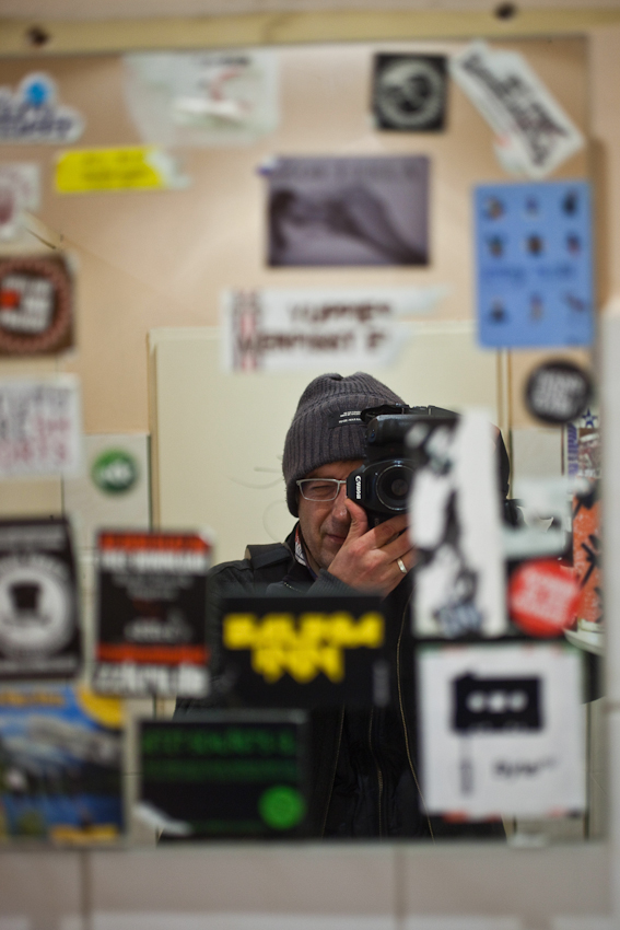 """Das Schanzenviertel in Hamburg ist wohl mit das angesagteste Quartier in Deutschland. Einst ein Refugium für alternative Lebensformen und Ort autonomer politischer Organisation hat es sich mittels staatlicher Umstrukturierungsprogramme zum Ausgeh- und Shopping Paradies entwickelt. Wer heut zu Tage etwas auf sich hält, geht in """"Die Schanze"""". Abdreas Herzau"""